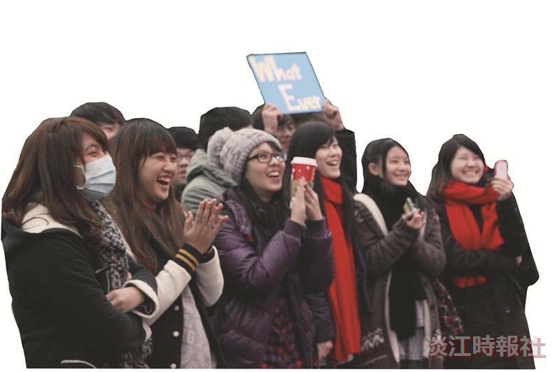 淡水人的聖誕節怎麼過?西音社於上月25日聯合輔仁搖滾音樂研究社和明志科大愛樂社,於淡水捷運站舉辦「享樂」聯合期末成果發表。各學校兩兩樂團接力演唱,吸引不少路過旅客駐足欣賞,淡江高中三年級王晨安表示,路過時發現這個活動,淡水能在聖誕節有如此活動感覺很不錯。當天有樂手過生日,依然義無反顧地前來助陣。台下觀眾更是揮舞著仙女棒,讓活動增添不一樣的氣氛。(文/黃致遠、攝影/謝佩穎)