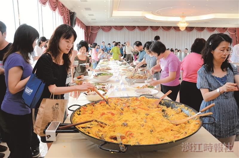 女聯會主辦的國際美食饗宴,準備61道美食慶祝教師節,場面熱鬧。(攝影/羅廣群)