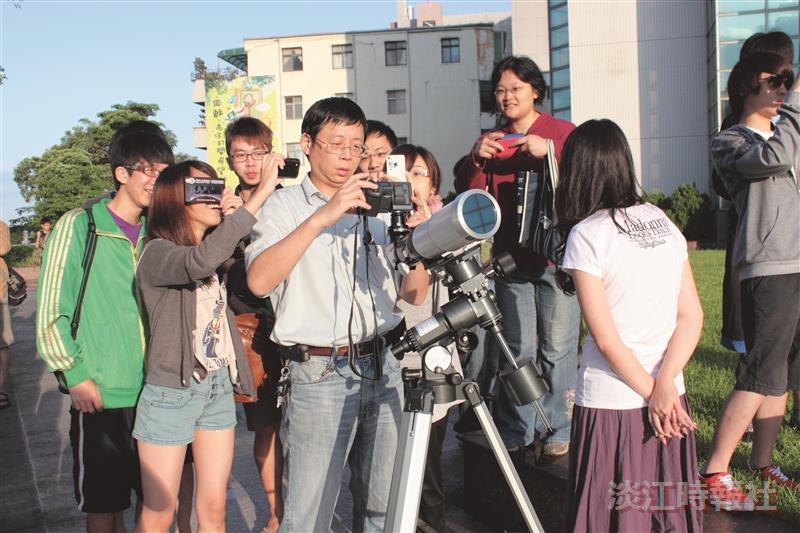 同學們圍繞在物理系助理教授秦一男(左二)觀賞日環食。(攝影/賴意捷)
