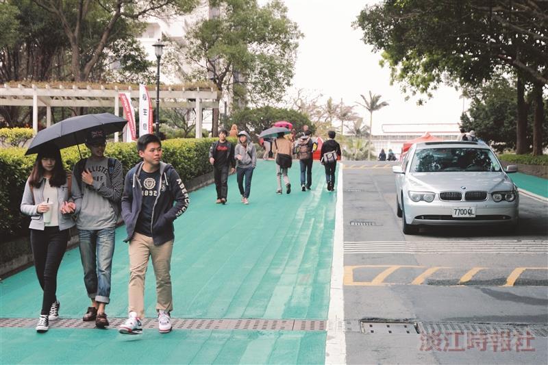 校園新風貌 彩色道路鋪面無障礙坡道智慧候車亭