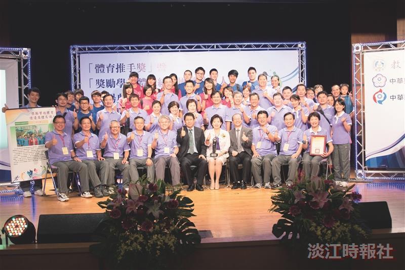 本校獲體育績優學校獎 副校長葛煥昭代表受獎
